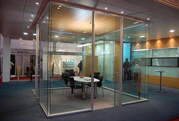 Перегородки в переговорной комнате из прозрачного стекла